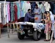 راولپنڈی: خواتین جمعہ بازار سے پرانے کپڑے خرید رہی ہیں۔