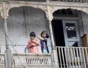 لاہور: بچے اپنے گھر کی بالکونے سے انارکلی بازار میں تجاوزات کیخلاف ..