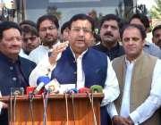 ملتان: صوبائی وزیر ٹرانسپورٹ جہانزیب کھچی میڈیا سے گفتگو کر رہے ہیں۔