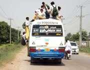 لاہور: سکول سے چھٹی کے بعد طالبعلم بس کی چھت پر بیٹھ کر سفر کر رہے ہیں ..