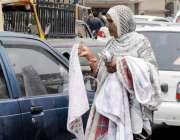 راولپنڈی: معمر خاتون سگنل پر گاڑیاں صاف کرنے کے لیے ڈسٹر فروخت کر رہی ..