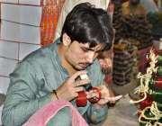 حیدر آباد: مزدور عید الفطر کی مناسبت سے چوڑیاں تیارکررہا ہے۔