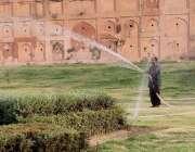 لاہور: گریٹر اقبال پارک میں مالی پودوں کو پانی لگار ہا ہے۔