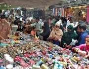 ملتان: عید کی تیاریوں میں مصروف خواتین جوتے اور چوڑیوں کی خرید اری کر ..
