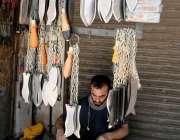 راولپنڈی: کاریگر عزاداروں کی زنجیر زنی کے لیے استعمال ہونیوالی چھریاں ..