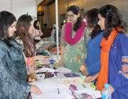 لاہور:لڑکیاں ایکسپو سنٹر میں جاری نمائش میں لگے سٹال سے معلومات حاصل ..