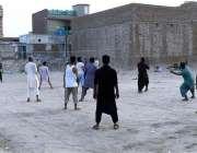 ملتان: نواحی گاؤں میں نوجوان والی بال کھیل رہے ہیں۔