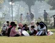لاہور: جیلانی پارک میں سیر کے لیے آئی فیملی دھوپ سے لطف اندوز ہو رہی ..