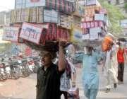 لاہور: محنت کش شوز کی تھوک مارکیٹ سے دکانوں کے لیے خریدا گیا سامان اٹھا ..