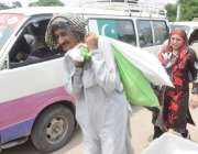 لاہور: عام انتخابت کے لیے پولنگ کا سامان لیجایا جار ہا ہے۔