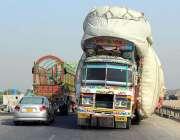 ملتان: ایک ٹرک پر اوور لوڈنگ کی گئی ہے جو کسی حادثے کا سبب بن سکتا ہے۔
