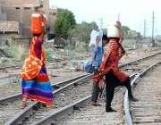 حیدر آباد: خانہ بدوش خواتین کسی خطرے سے بے خبر ریلوے ٹریک کراس کر رہی ..