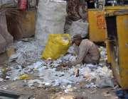 لاہور:ایک خانہ بدوش کچرے کے ڈھیر سے کارآمد اشیاء تلاش کر رہا ہے۔