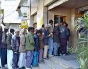 گلگت: شہری بے نظیر انکم سپورٹ پروگرام کے تحت تنخواہ وصول کرنے کے لیے ..
