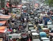 کراچی: لیاقت آباد سپر مارکیٹ میں شدید ٹریفک جام کا منظر۔