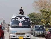اسلام آباد: ٹریفک پولیس کی نااہلی کے باعث ایک طالبعلمک کسی خطرے کی پرواہ ..