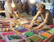 پشاور: دکاندار گاہکوں کو متوجہ کرنے کے لیے چوڑیاں سجا رہا ہے۔