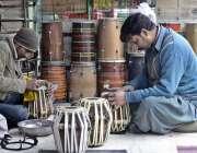 راولپنڈی: دکاندار روایتی انداز سے (ڈرم) ڈھولکیاں تیار کر رہے ہیں۔