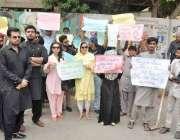 کراچی: کراچی پریس کلب کے سامنے سول سوسائٹی کے ارکان بچوں کے حقوق کے ..