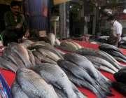 اسلام آباد: شہری کھنہ پل دکان سے مچھلی خرید رہے ہیں۔