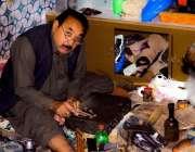 اٹک: ملال گاؤں میں ایک موچی روایتی جوتا تیار کر رہا ہے۔