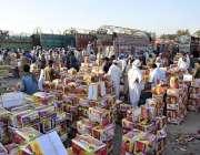 اسلام آباد: مزدور فروٹ منڈی میں ٹرک سے پھلوں کی پیٹیاں اتار رہے ہیں۔