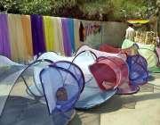 بہاولپور: دکاندار سڑک کنارے مچھردانیاں فروخت کے لیے سجائے گاہکوں کا ..