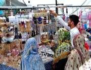 اسلام آباد: عید کی تیاریوں میں مصروف خواتین ایک سٹال سے جیولری پسند ..