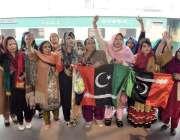 لاہور: بینظیر بھٹو کی11ویں برسی میں شرکت کرنے کے لیے جانے والے کارکن ..