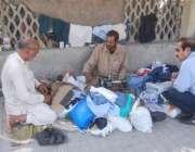 لاہور: ایک درزی نے روزی کمانے کے لیے فٹ پاتھ پر دکان سجا رکھی ہے۔