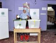 کراچی: عام انتخابات 2018  کراچی کے ایک پولنگ اسٹیشن میں خاتون ووٹر اپنا ..