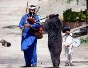 راولپنڈی: ایک مداری اپنا اور اپنے بچوں کا پیٹ پالنے کے لیے ریچ کا ناچ ..
