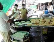 راولپنڈی: دکاندار راجہ بازار میں پھنیاں تیار کر رہا ہے۔