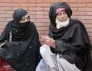 لاہور: سپریم کورٹ لاہور رجسٹری کے باہر بیٹھا سائل بزرگ تسبیح کررہا ..