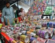 اسلام آباد: دکاندار گاہکوں کو متوجہ کرنے کے لیے چوڑیاں اور مہندی سجا ..