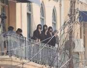 لاہور: 9ویں محرم الحرام پر خواتین اپنے گھر کی بالکونی سے پانڈو سٹریٹ ..