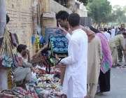 لاہور: بادشاہی مسجد کے مین گیٹ کے پاس لگے سٹالوں سے شہری خریداری کر ..