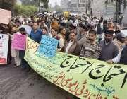 لاہور: متحدہ نان روٹی ایسوسی ایشن کے زیر یاہتمام تندور مالکان اپنے ..