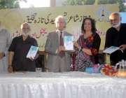 """کراچی: کراچی پریس کلب میں مصنفہ نسیم سید کی کتاب""""یورپین نو آباد دیہات .."""