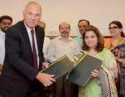 لاہور: وائس چانسلر پنجاب یونیورسٹی ڈاکٹر ناصرہ جبین اور منیجنگ ڈائریکٹر ..