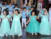 لاہور: مقامی سکول میں اسلانہ تقریب تقسیم انعامات کے موقع پر طلباء و ..