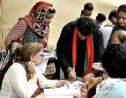 کراچی: عام انتخابات 2018  کراچی کے ایک حلقے میں ووٹر اپنا نام ووٹنگ لسٹ ..