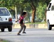 اسلام آباد: ایک بچہ خطرناک انداز سے سڑک کراس کر رہا ہے جو کسی حادثے کا ..