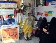لاہور: موٹاپے کے عالمی دن کے موقع پر ڈاکٹر مریضوں کا چیک اپ کر رہے ہیں۔