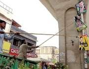 راولپنڈی: پی ایچ اے کے اہلکار سیاسی جماعتوں کی جانب سے لگائے گئے بینرز ..