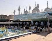 راولپنڈی: قدیمی جامع مسجد میں شہری ماہ رمصان کے دوسرے جمعتہ المبارک ..
