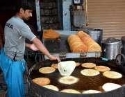 فیصل آباد: عید الفطر کے پیش نظر دکاندار پھینیاں تیار کر رہا ہے۔