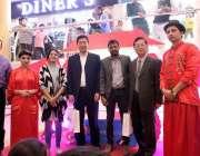 کراچی: چائنہ ایمبیسی کے سابق سفارتکار جیک چن کا طارق روڈ پر منعقدہ شاپنگ ..