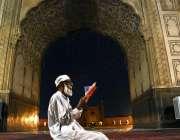 لاہور: ایک معمر روزہ دار فجر کی نماز کے بعد رآن مجید کی تلاوت کررہاہے۔