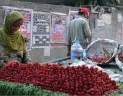 لاہور: ایک معمر محنت کش خاتون اسٹرابری فروخت کر رہی ہے۔
